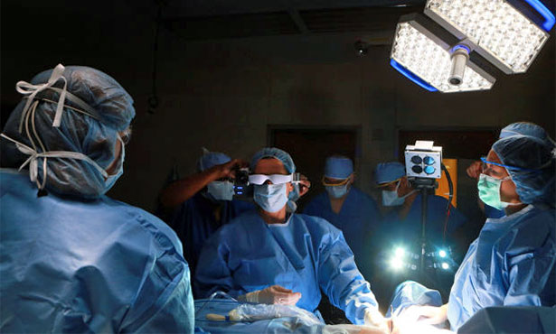[surgery using the fluorescent technology to detect cancer cells]