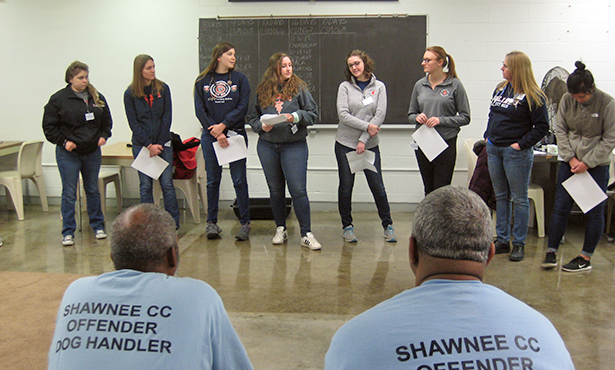 [Illinois veterinary students present to SWATT program handlers]